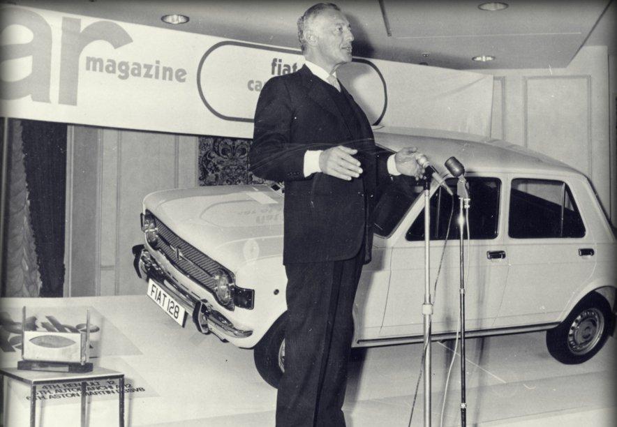 Gianni Agnelli riceve il premio Auto dell'Anno 1970 da Car in Gran Bretagna