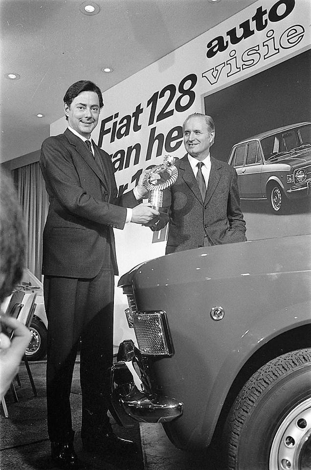 Umberto Agnelli e Dante Giacosa ricevono il premio Auto dell'Anno 1970 da Autovisie